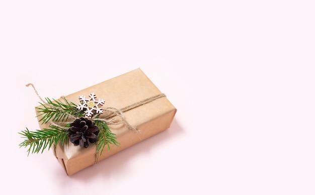 Os presentes de natal são decorados com materiais naturais e bugigangas com estrelas de madeira zero waste christmas