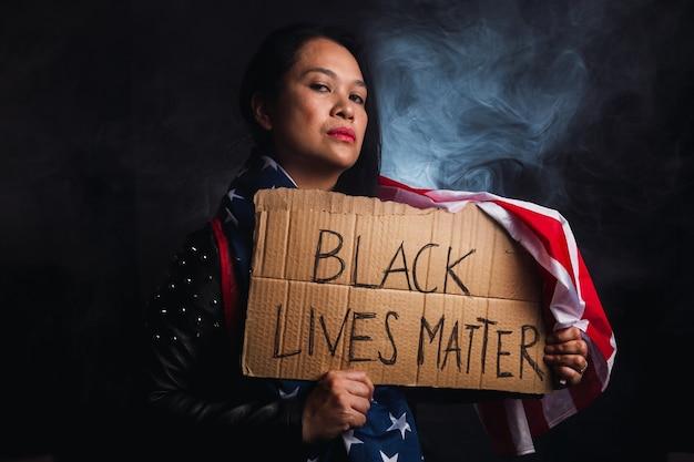 Os problemas sociais do racismo - black lives matter, mulher segurando esta mensagem.