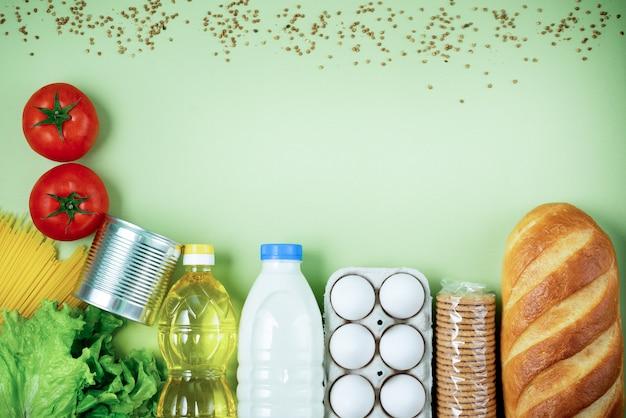 Os produtos frescos essenciais estão sobre uma superfície verde