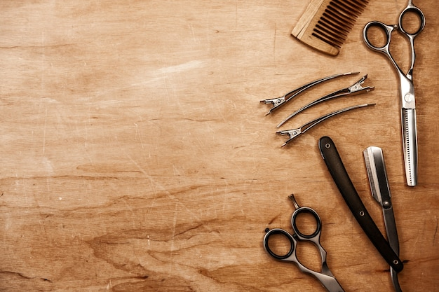 Os produtos para o cabelo e a barba encontram-se aleatoriamente sobre uma superfície de madeira. espaço de publicidade