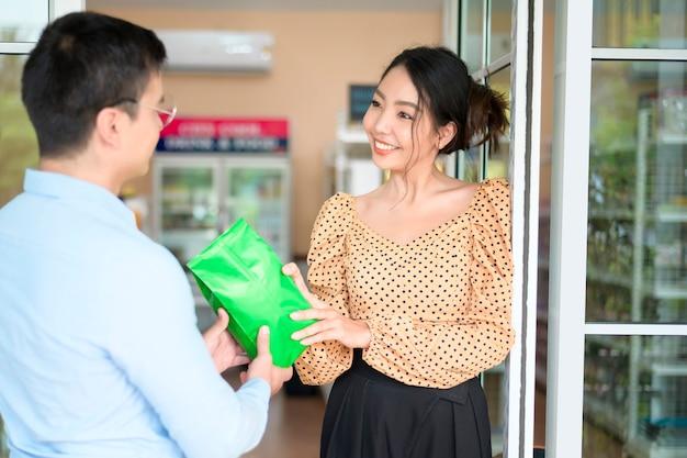 Os proprietários de empresas estão analisando os dados da empresa, conversando e sorrindo em uma loja moderna