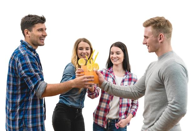 Os quatro amigos felizes tilintam de taças em um fundo branco