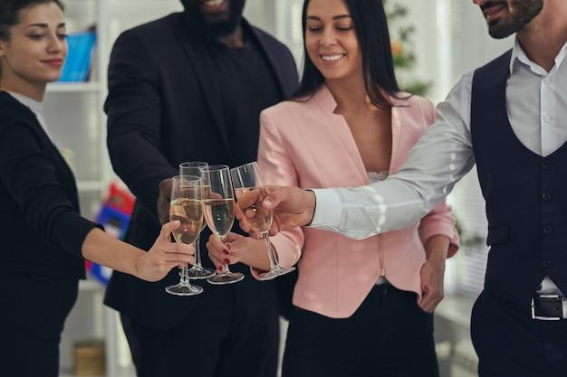 Os quatro empresários bebendo champanhe