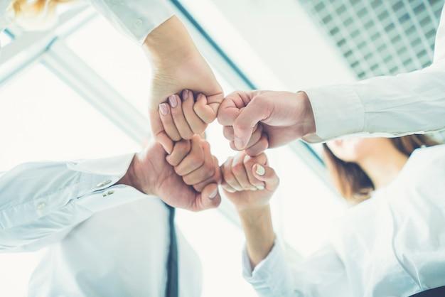 Os quatro empresários cumprimentando com o punho