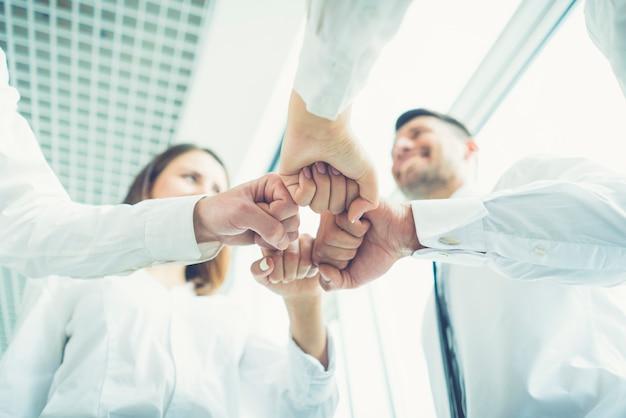 Os quatro empresários gesticulam com o punho