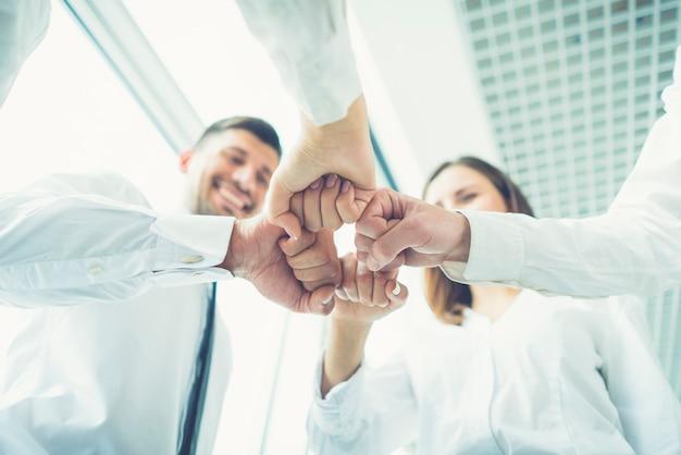 Os quatro empresários gesticulam