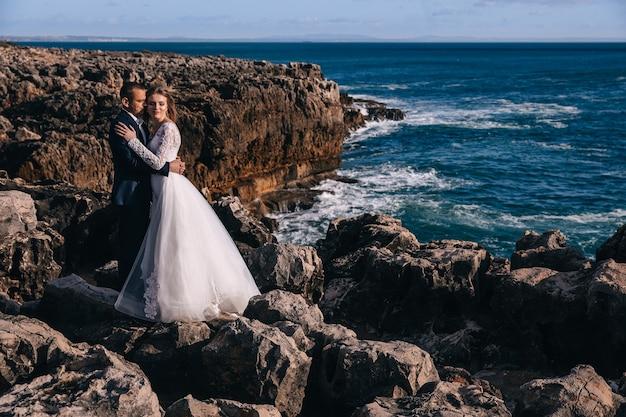 Os recém-casados se abraçaram e fecharam os olhos