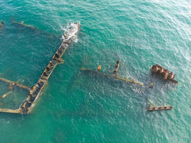 Os restos de um navio do mar que naufragou.