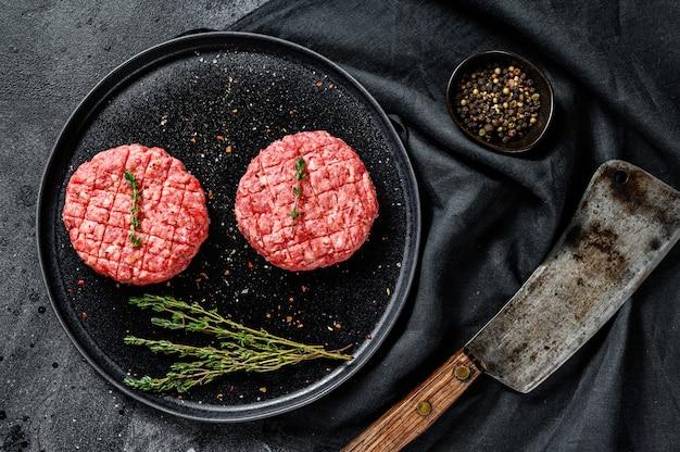 Os rissóis de carne moída, costeletas de carne picada.