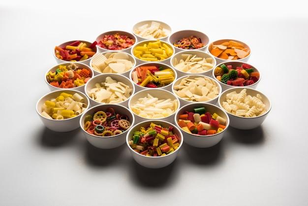 Os salgadinhos são produtos não expandidos feitos com matérias-primas como cereais, batatas ou vegetais em pó, posteriormente processados em fritura e cozimento em ar quente. lanches prontos para comer multicoloridos ou em formato