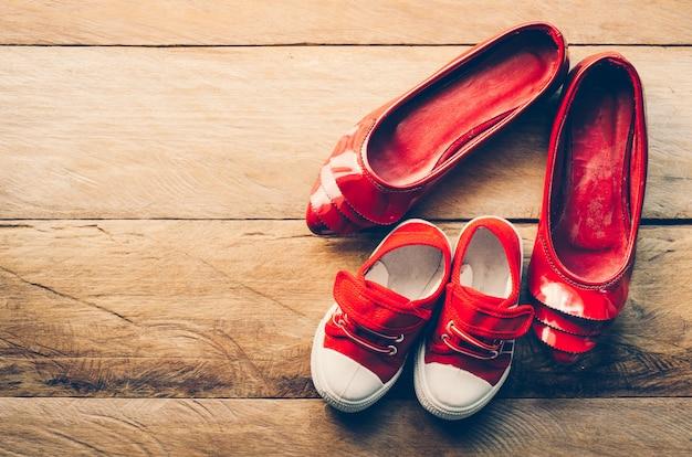 Os sapatos da mãe e do bebê - conceito cuidar