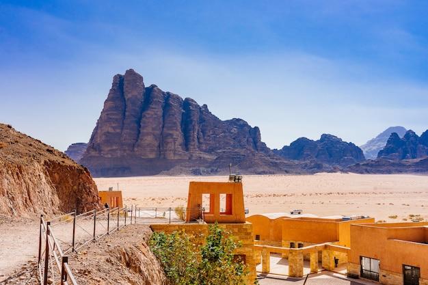 Os sete pilares da sabedoria em wadi rum, na jordânia. é um vale cortado nas rochas de arenito e granito no sul da jordânia, 60 km a leste de aqaba; é o maior barranco da jordânia.