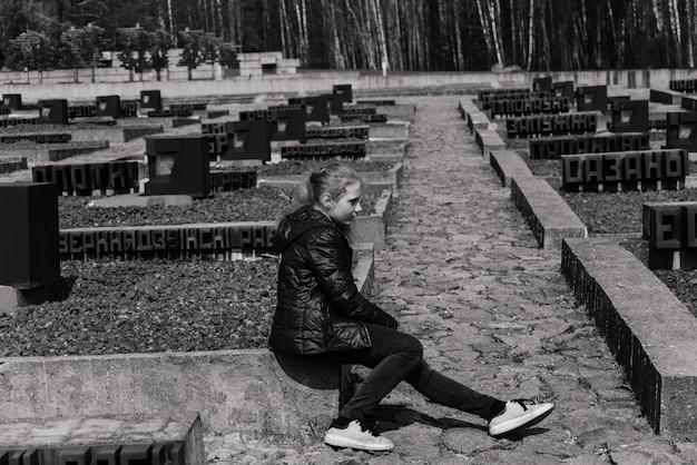 Os sinos em khatyn. o cemitério das aldeias queimadas.