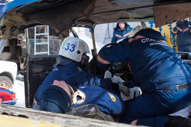 Os socorristas estão ajudando a vítima. ferido estava em maca. tratamento de feridas, imobilizador