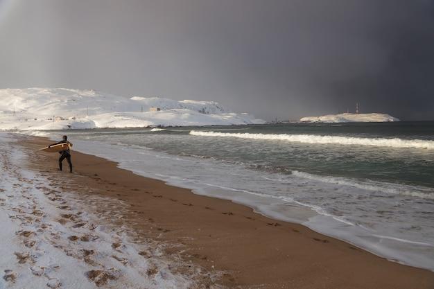Os surfistas voltam após surfar nas ondas do oceano ártico teriberka rússia