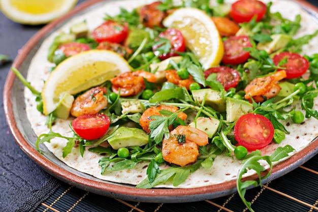 Os tacos de tortilla de camarão abrem o rosto com legumes frescos. comida saudável. refeição mexicana.