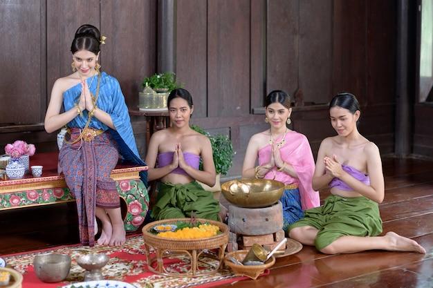 Os tailandeses fazem sobremesa tailandesa em trajes de época tailandeses