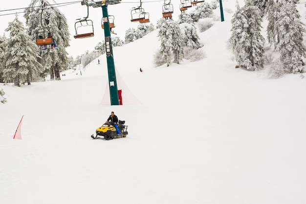 Os teleféricos das montanhas troodos e os teleféricos subindo a montanha trazendo snowboarders às pistas de esqui