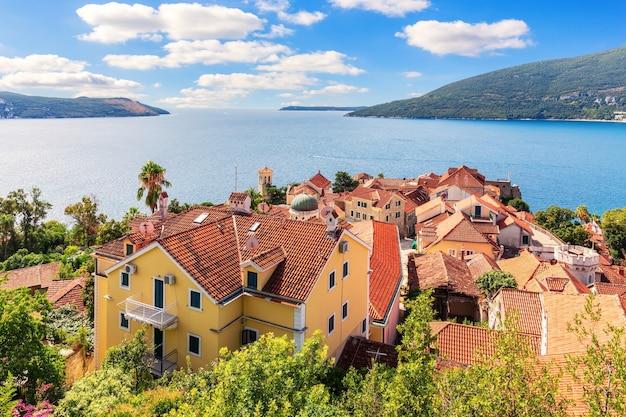 Os telhados da cidade velha de herceg novi, vista aérea maravilhosa, montenegro.