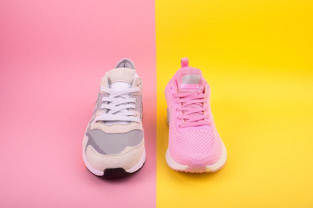 Os tênis encontram-se em uma superfície pastel multicolorida
