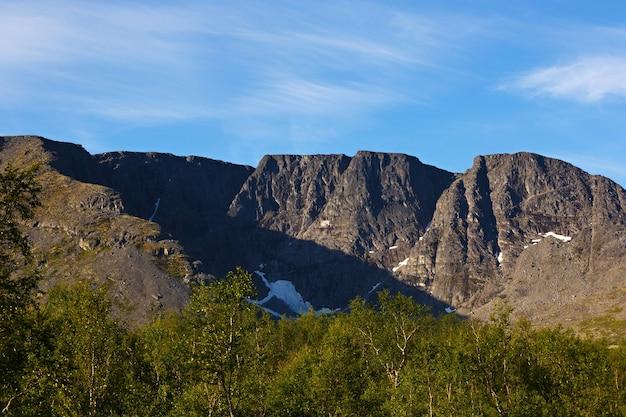 Os topos das montanhas, khibiny e céu nublado. península de kola, rússia.