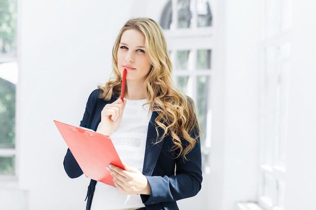 Os trabalhadores de escritório feminino sorridente com laptop no escritório