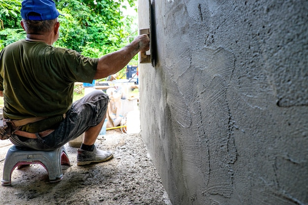 Os trabalhadores estão trabalhando paredes de gesso.