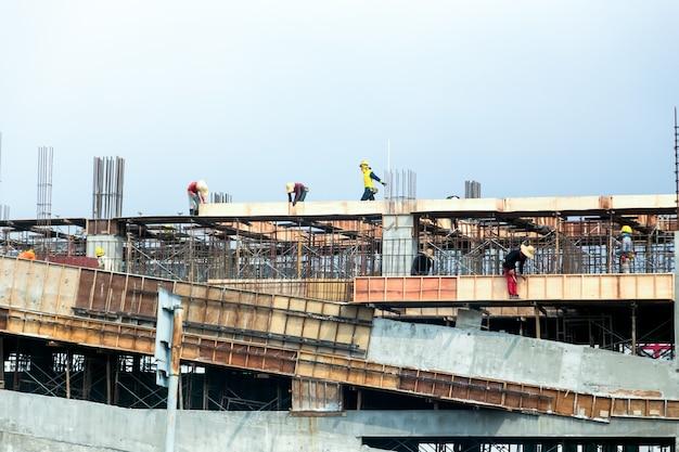 Os trabalhadores trabalhavam no canteiro de obras.
