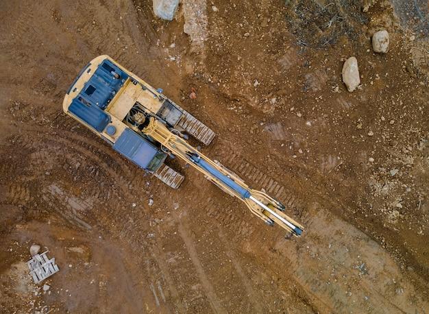 Os trabalhos com em construção em equipamentos de escavadeiras na produção de obras de terraplanagem pela beneficiação do território.