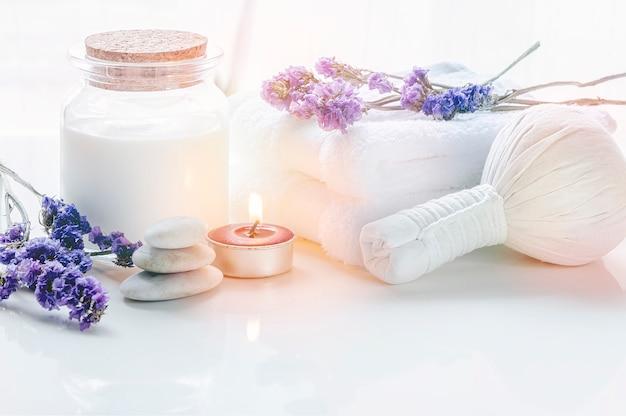 Os tratamentos dos termas ajustaram-se com toalha e comprimem a bola na tabela branca.