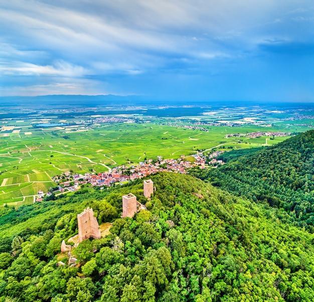 Os três castelos de eguisheim ou husseren-les-chateaux no departamento de haut-rhin - alsácia, frança