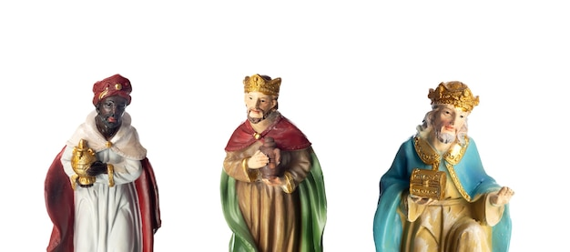 Os três homens sábios. figuras de cerâmica isoladas em fundo branco