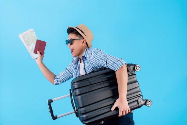 Os turistas desfrutam da emoção junto com o transporte de bagagem e passaporte no azul
