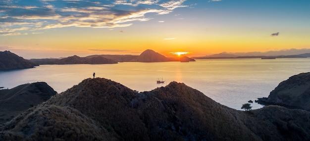 Os turistas estão tirando fotos na parte de ilha padar do parque nacional de komodo