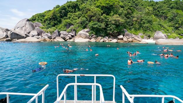 Os turistas gostam de mergulhar no parque nacional das ilhas similan província de phang nga, sul da tailândia