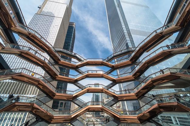 Os turistas indeterminados estão visitando o marco o mais novo de new york, eua.