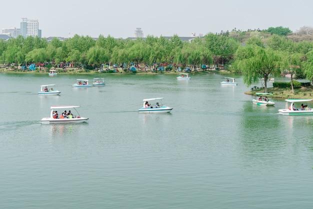 Os turistas no parque estão navegando na água