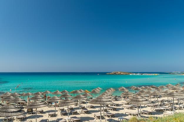 Os turistas relaxam na famosa praia de chipre. praia de nissi