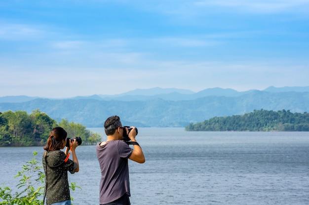 Os turistas tiram fotos com a represa de kaeng krachan, phetchaburi, na tailândia.