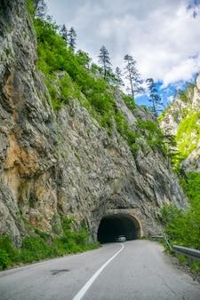 Os turistas viajam nas estradas de montanha do montenegro de carro.