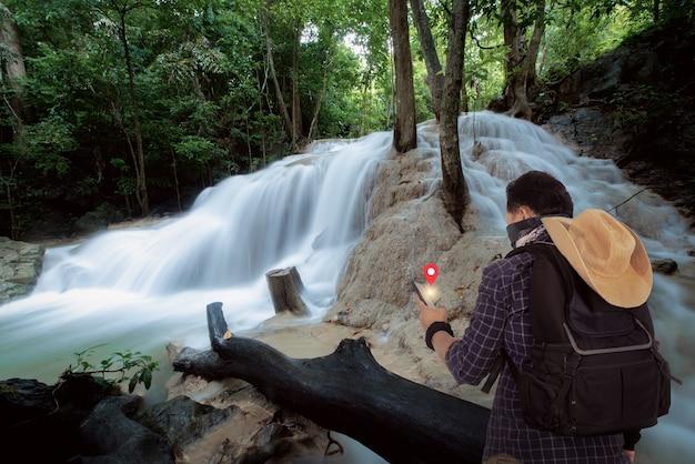 Os turistas viajam por local para belas cachoeiras