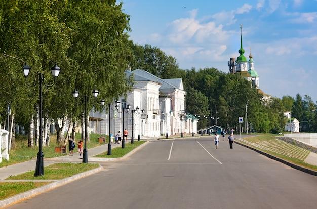 Os turistas wallk no aterro do rio suhona e igreja de st. nicolas no verão. veliky ustyug. rússia