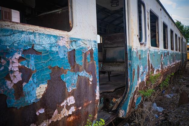 Os vagões velhos do trem em uma estação abandonada.