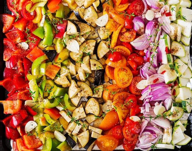Os vegetais cortados em uma bandeja do cozimento prepararam-se cozendo.