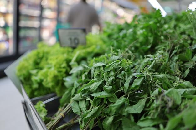 Os vegetais frescos no supermercado são claramente marcados com etiquetas de preço.