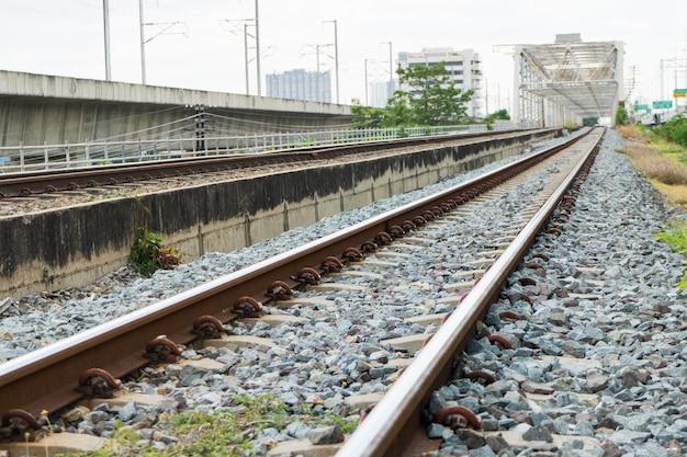 Os velhos trilhos de trem na tailândia