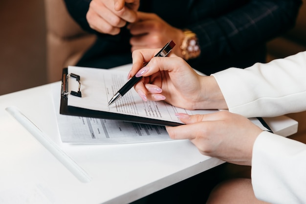 Os vendedores estão permitindo que os clientes do sexo masculino assinem o conceito de negócio do contrato de vendas e a assinatura do contrato