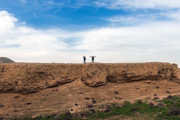 Os viajantes escalam a montanha