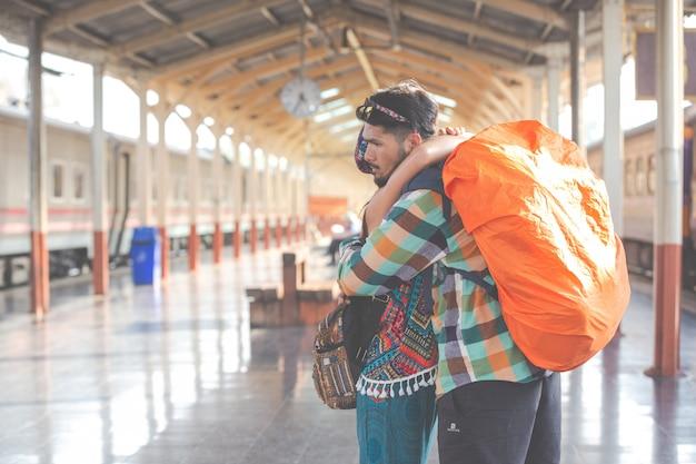 Os viajantes se amam enquanto viajam.