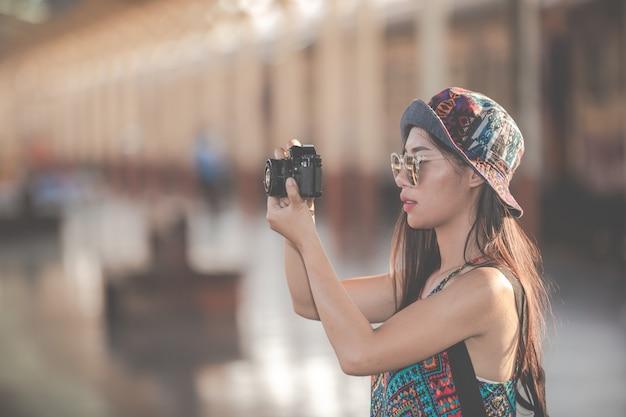 Os viajantes tiram fotos de casais enquanto esperam por trens.